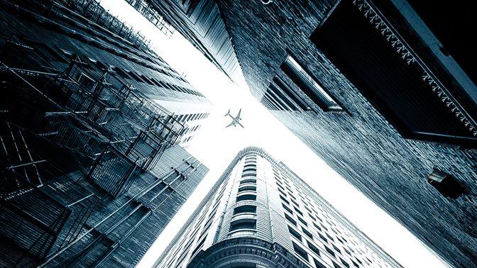 Flugzeug über Wolkenkratzer
